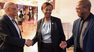La nouvelle élue secrétaire générale de l'Organisation internationale de la francophonie (OIF), la ministre rwandaise des Affaires étrangères, Louise Mushikiwabo, félicitée par les journalistes et les déléguées lors du 17ème sommet des pays francophones.