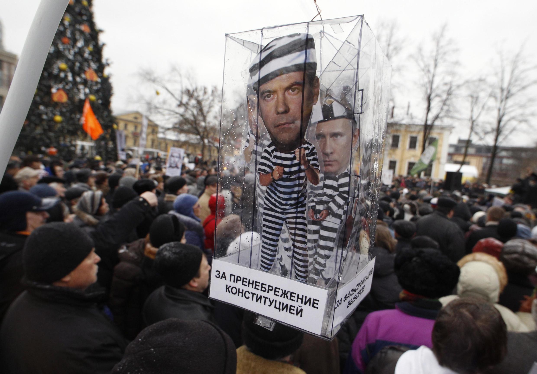 Dezenas de milhares de pessoas contestam os resultados das eleições legislativas de 4 de dezembro.
