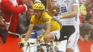 Le Luxembourgeois Andy Schleck passant la ligne d'arrivée devant l'Espagnol Alberto Contador lors de la dix septième étape du Tour de France, de Pau au col du Tourmalet, le 22 juillet 2010.