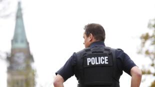 Les forces spéciales et la police canadienne ont été déployées autour du Parlement d'Ottawa, mercredi 22 octobre, pour traquer le ou les auteurs d'une fusillade.