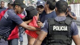 Arrestation par la police d'un partisan du parti Fretilin à Dili, le 16 juillet 2012.