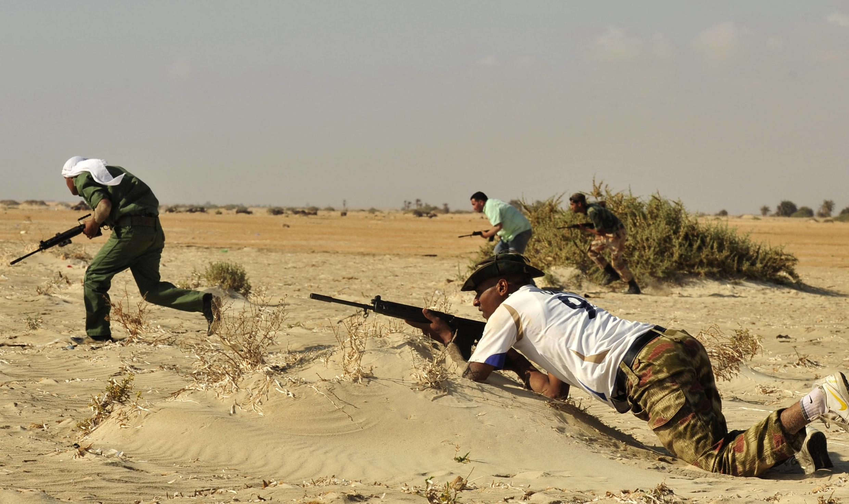 Ливийские повстанцы в бою против сил Муаммара Каддафи