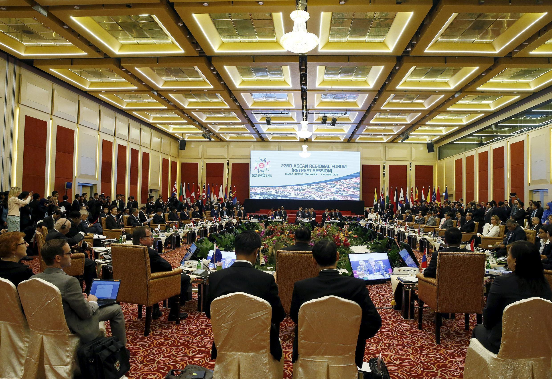 نشست وزرای امورخارجه کشورهای عضو اتحادیه کشورهای جنوب شرق آسیا  (  ASEAN آسهآن ) که در مالزی برگزار شد. ١۵ مرداد/ ٦ اوت ٢٠١۵