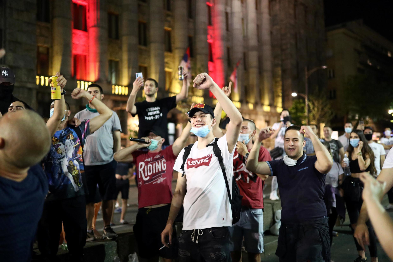 Des manifestants devant le Parlement serbe pour protester contre la gestion par les autorités de la crise du coronavirus, à Belgrade, le 9 juillet 2020.