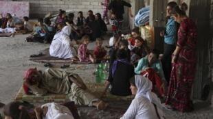 آوارگان ایزدی که در نتیجۀ خشونتهای نیروهای داعش، ناگزیر از ترک خانه و زادگاه خود شدهاند.
