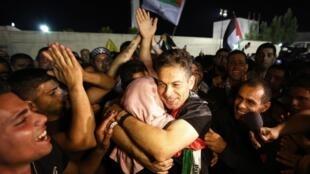 Palestinos celebram a libertação de 26 prisioneiros na madrugada desta quarta-feira, 14 de agosto de 2013, dia da retomada do diálogo com Israel.