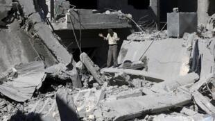 """تصویری از محله """"دوما"""" در شمال شرق دمشق که دیروز شنبه اول شهریور/ ٢٢ اوت، مورد حمله موشکی نیروهای نظامی ارتش سوریه قرار گرفت."""