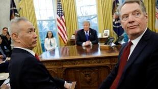 特朗普在白宮會見中國習近平特使劉鶴(左)和美國談判代表萊特希澤,2019年2月22