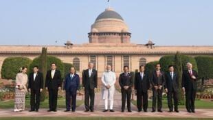 Thủ tướng Ấn Độ Narendra Modi ( giữa ) chụp ảnh lưu niệm với các lãnh đạo ASEAN  tại thượng đỉnh New Delhi 25/01/2018.