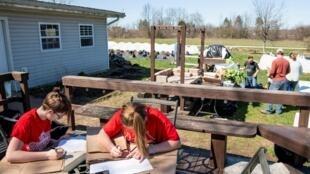 Préparation de commandes à Front 9 Farm pour des livraisons de légumes, viandes, fromages et autres produits frais de la ferme pendant le confinement, à Lodi, Ohio, le 3 avril 2020 (image d'illustration).