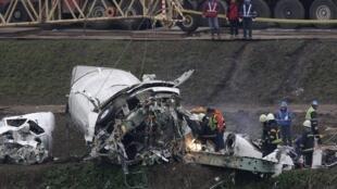 Equipes de resgate recolhem destroços do avião da TranAsia que caiu nesta quarta-feira (4), em Taiwan.