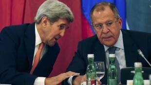 Смогут ли главы внешнеполитических ведомств найти решение для прекращения войны в Сирии? Джон Керри (слева) и Сергей Лавров в Вене, 30 октября 2015.