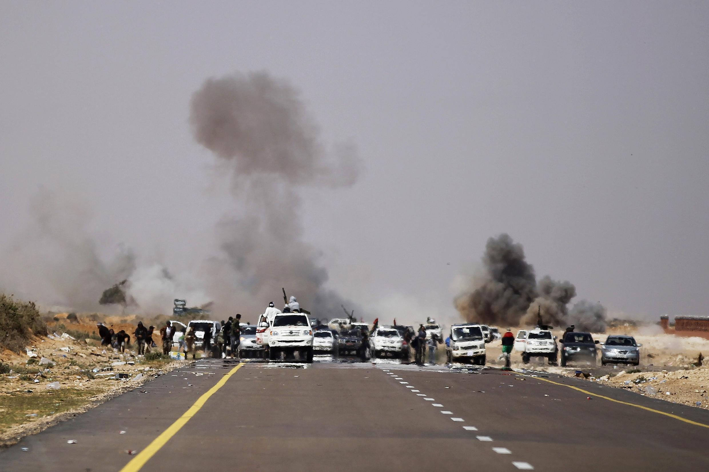 Колонна автомобилей повстанцев под огнем войск Каддафи 29/03/2011