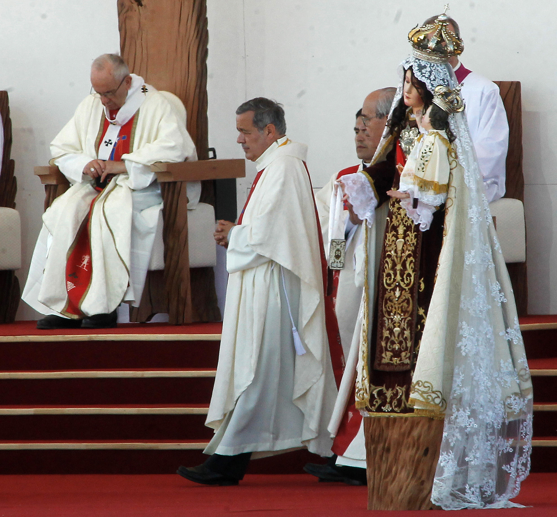 Juan Barros, bispo de Osorno, esteve presente em todas as missas celebradas por Francisco, durante sua visita ao Chile.