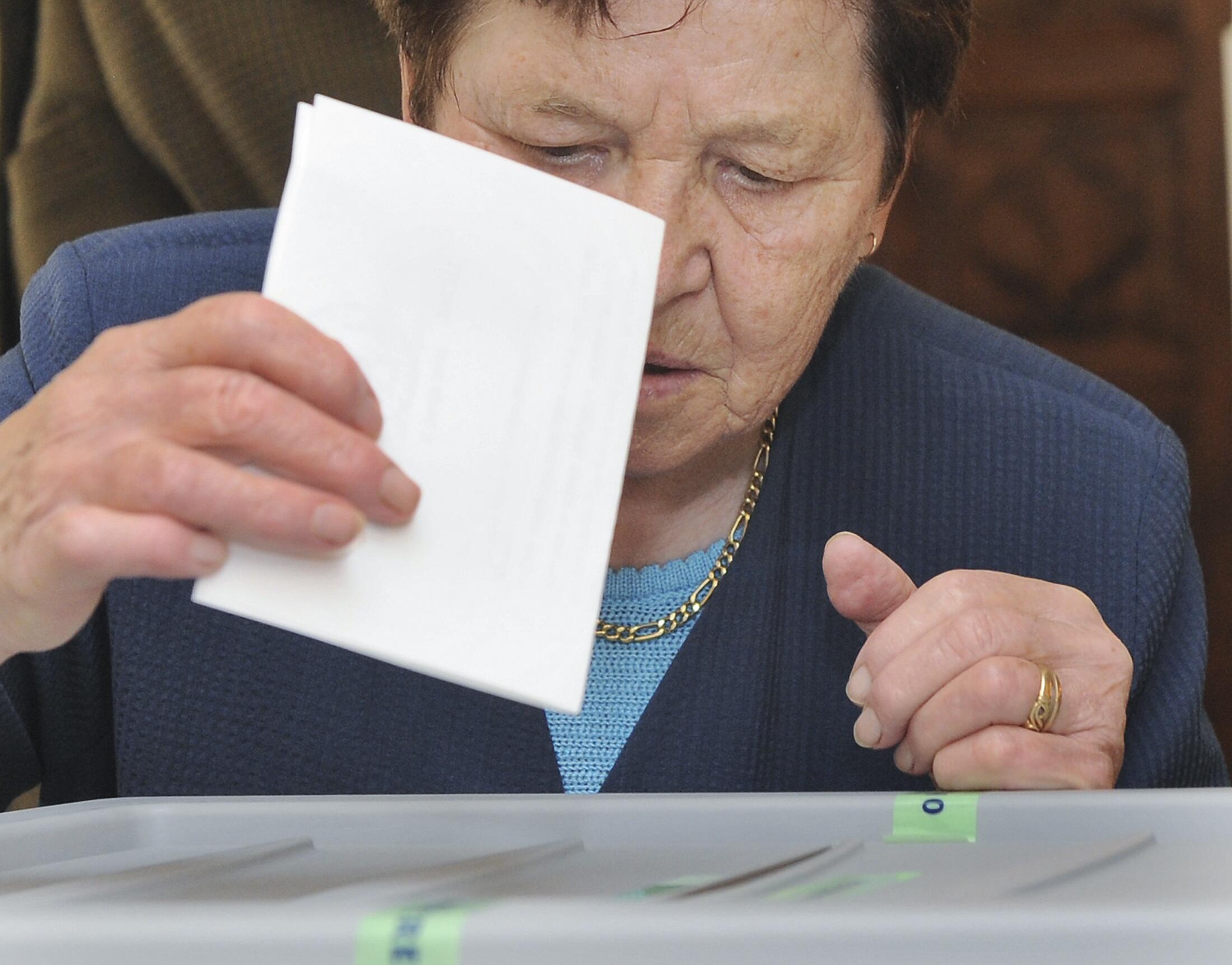 Một phụ nữ Slovenia bỏ phiếu tại khu vực Nova Gorica, ngày 06/06/2010