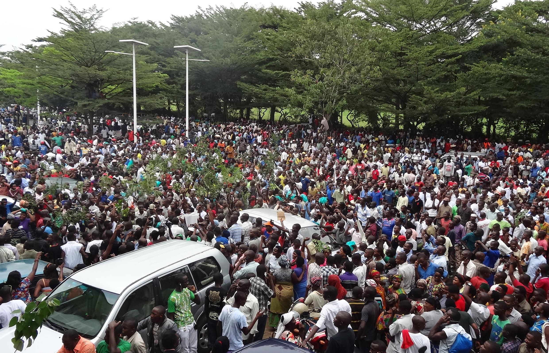 Umati wa watu waliokusanyika nje ya makao makuu ya redio RPA wakisubiri kuachiliwa huru kwa mkurugenzi wa redio hiyo Bob Rugurika, Bujumbura, Burundi, Februari 18 mwaka 2015.
