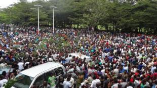 La foule massée devant le siège de la Radio publique africaine attend le retour de son directeur Bob Rugurika, remis en liberté provisoire après un mois de détention, Bujumbura, Burundi, le 18 février 2015.