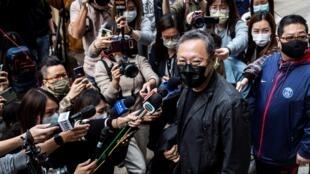 """Benny Tai, profesor de Derecho en Hong Kong, frente a la comisaría en la que fue inculpado junto a otros 46 activistas prodemocracia por """"subversión"""", el 28 de febrero de 2021"""