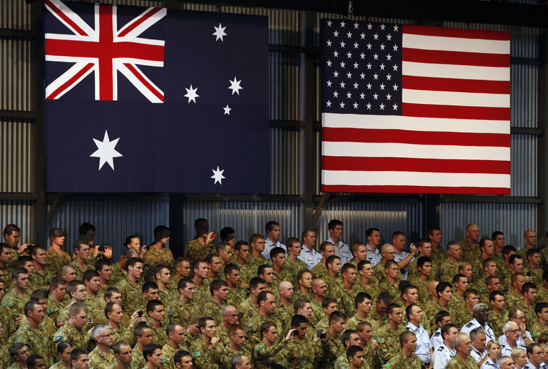 Binh sĩ Mỹ và Úc nghe tổng thống Mỹ Barack Obama nói chuyện, tại căn cứ Darwin, Úc, ngày 17/11/2011.