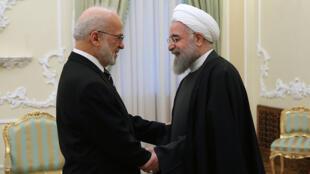 Le président iranien Hassan Rohani (D) saluant le ministre irakien des Affaires étrangères Ibrahim Jafari, à Téhéran, le 6 janvier 2015.
