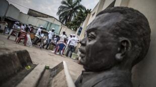 Buste du prince Louis Rwagasore, héros de l'indépendance du Burundi, à Bujumbura (2015). La Belgique, ancienne puissance coloniale, est accusée par certains historiens d'avoir joué un rôle dans son assassinat en 1961.