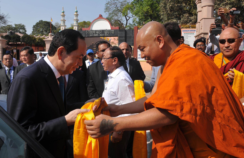 Chủ tịch Việt Nam Trần Đại Quang (trái) tới thăm chùa Mahabodhi, Bodhgaya Ấn Độ ngày 02/03/2018.