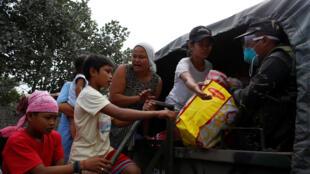 Wani soja na tallafawa masu tsere wa gidajensu sakamakon aman wutan dutse da ke barazanar a wasu yankunan Philippines