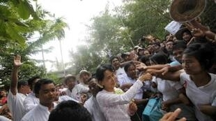 Aung San Suu Kyi meets supporters