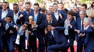 Emmanuel Macron pose avec les champions lors de la réception en leur honneur au palais de l'Elysée, le 16 juillet 2018.
