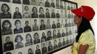 Une femme regarde les portraits des victimes du régime khmer rouge à Toul Sleng, à Phnom Penh, le 16 septembre 2010.