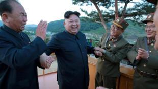 O  Presidente da Coreia  do Norte Kim Jong-Un(no centro) com militares norte-coreanos. 29 de Maio de 2017