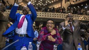 Explosion de joie au Parlement zimbabwéen à Harare, le 21 novembre 2017, après l'annonce de la démission de Robert Mugabe.