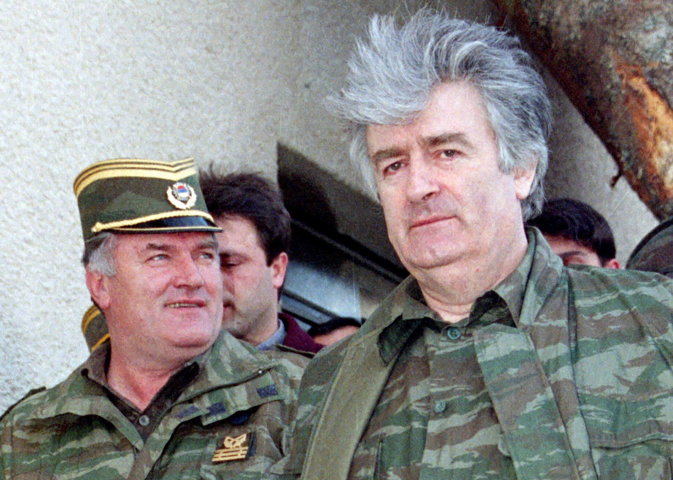 Ratko Mladic (ខាងឆ្វេង) និង Radovan Karadzic រូបថត ក្នុងឆ្នាំ១៩៩៥