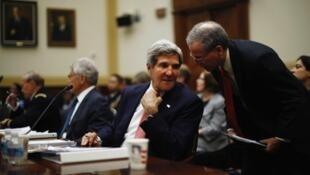 Waziri wa mambo ya kigeni wa Marekani John Kerry akiwa na waziri wa mambo ya kigeni wa Umoja wa Ulaya