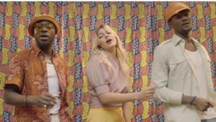 Группа Toofan и певица Лцуан в клипе «La vie là-bas» (жизнь там)
