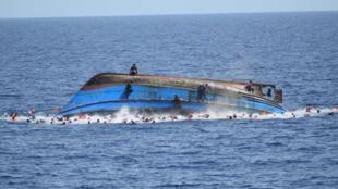 Di dân gặp nạn trên biển với những con thuyền không đảm bảo an toàn. Ảnh chụp trên biển Lybia, ngày 15/06/2016