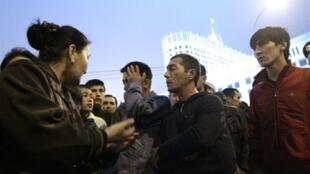 Les membres de la communauté ouzbèke du sud Kirghizistan siégeant devant le Kremlin à Moscou pour demander de l'aide au gouvernement russe.