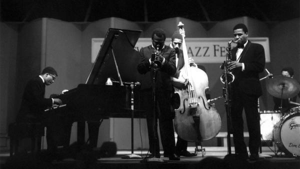 Herbie Hancock (piano), Miles Davis (trompette), Ron Carter (contrebasse), Wayne Shorter (saxophone) et Tony Williams derrière ses cymbales (batterie), Festival de Jazz de Newport, 1967.