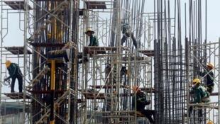 Công nhân xây dựng trên một công trường tại Hà Nội. Ảnh minh họa.