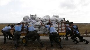 Policías llevan provisiones a las víctimas del tifón Haiyan, este 11 de noviembre en la región de Samar.