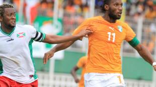 Didier Drogba (dir.), o capitão da selecção costa marfinense