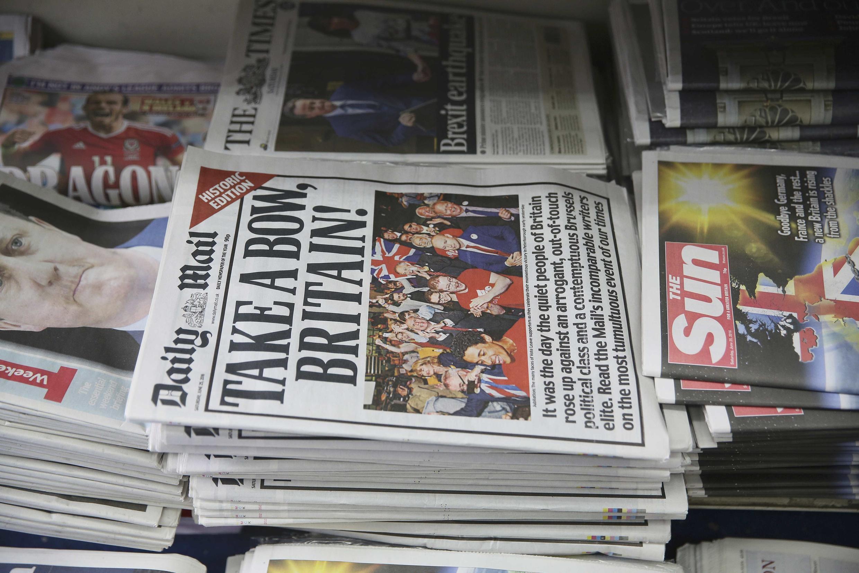Une pile de journaux mise à disposition au lendemain du vote en faveur du Brexit, le 25 juin 2016 à Londres.