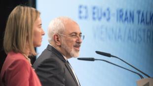 Lãnh đạo ngoại giao Liên Âu Federica Mogherini (T) và ngoại trưởng Iran Mohammad Javad Zarif  trong vòng đàm phán cuối cùng về hiệp định tại Vienna, Áo, 14/07/2015.