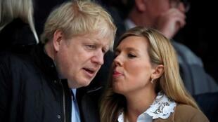 El primer ministro británico, Boris Johnson, y su prometida, Carrie Symonds, en un partido del torneo internacional de rugby Seis Naciones entre Inglaterra y Gales el 7 de narzo de 2020 en Twickenham, al oeste de Londres