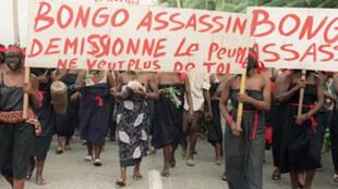 Des manifestants défilent dans les rues de Port-Gentil, le 26 mai 1990, en scandant des slogans hostiles au président gabonais, Omar Bongo.