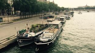 Một con tầu bên tả ngạn sông Seine.