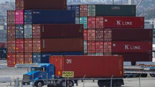 洛杉矶港口待运的集装箱