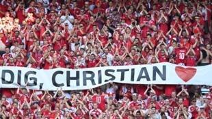 Les supporters danois applaudissent Christian Eriksen, à la 10e minute du match de l'Euro 2020 contre la Belgique, le 17 juin 2021 à Copenhague, en hommage au capitaine et n°10 de la sélection, victime d'un arrêt cardiaque lors du match face à la Finlande, le 12 juin