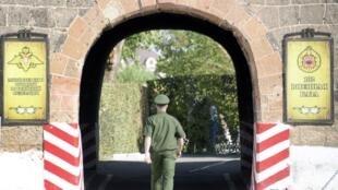 Un soldat russe arrive à la base militaire de Gyumri, à 89 kilomètres d'Erevan, le 12 août 2015.