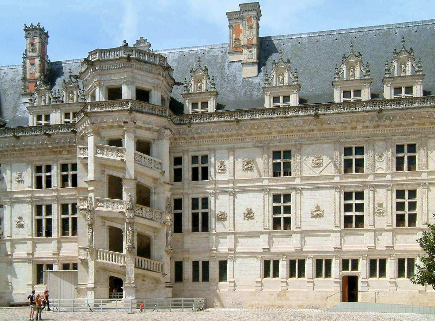 弗朗索瓦一世在侧翼修建时特意在整个建筑中央位置建筑了一个主宰整个建筑的楼梯塔楼 现在已经成为布卢瓦城堡的标志